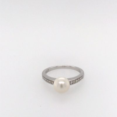 9ct White Gold Cultured Pearl And Diamond Ring.
